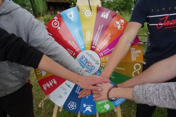 SDG_Glücksrad mit Händen (4)